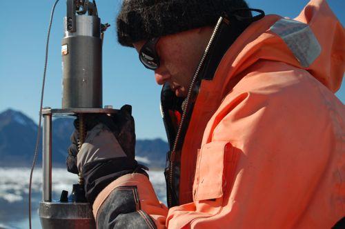 Extracting sediment