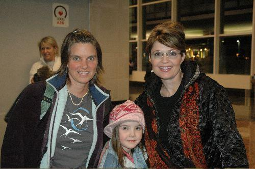 Elizabeth Eubanks with Governor Sarah Palin and her daughter Piper in the Fairbanks, AK airport