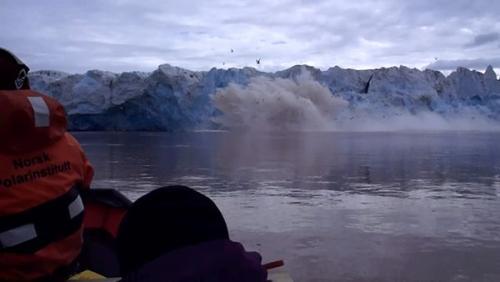 Calving of Kronebreen glacier