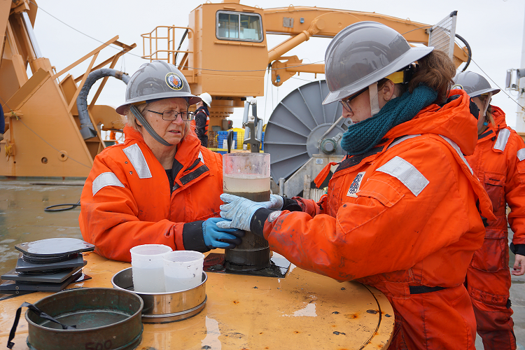 Jackie Grebmeier and Kelly Kapsar prepare a HAPs core for an oxygen consumption experiment.