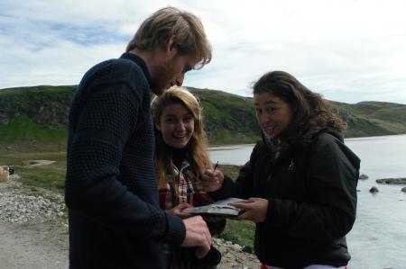 Kasper Busk, Dana Cucci and Nivi Rosing identifying plants