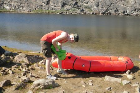 Charlotte Madsen (DK) airing up the raft